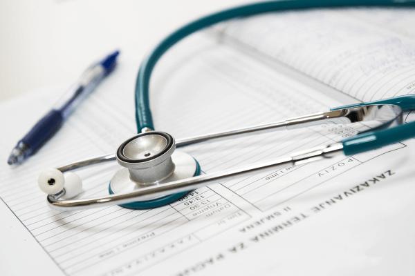 Лечение красного горла должно проводиться под контролем врача