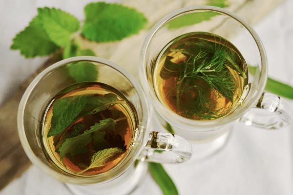 Обильное теплое питье при красном горле