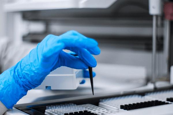Для выявления причины покраснения горла проводят лабораторные исследования